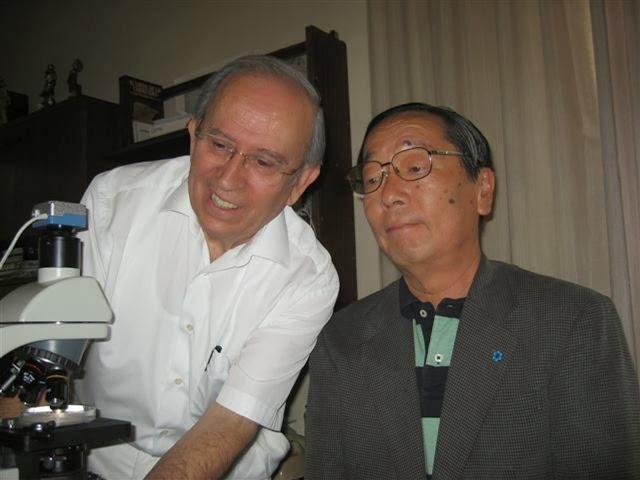 En esta foto vemos al Dr escudero con Masaru Emoto, que quedó tan impactado al conocerle en su viaje a España, que le comentó que era como Leonardo da Vinci, ya que además de médico es pintor, escultor, compositor, en fin un hombre del Renacimiento