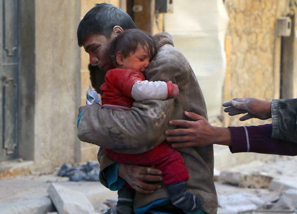 Un niño rescata a su hermana debajo de los escombros de su casa en Siria