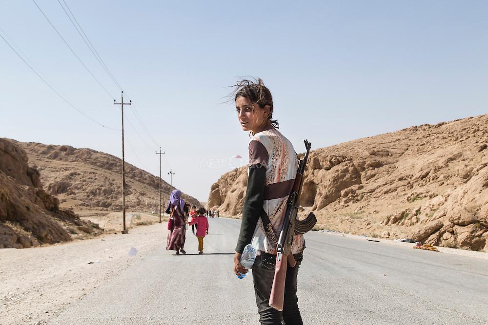 Joven yazidí lleva un rifle de asalto para proteger a su familia del ISIS