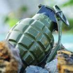Con una granada en el pecho