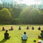 Grupos de estudio espiritual, haciendo reflexión